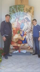 Mario Oliveri e il figlio Mattia accanto la pala votiva