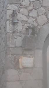 La campanella vicino l'ingresso