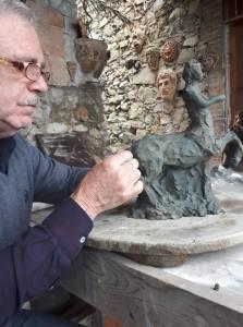 Il Maestro Turi Azzolina nella sua bottega d'arte