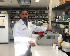 Il Prof. Perna nel suo laboratorio di Chicago (USA)