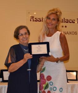 Nunzia De Cola Premia Floriana Perrone in una delle edizioni