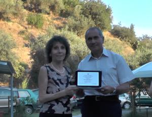Una concorrente premiata dal prof. Manitta