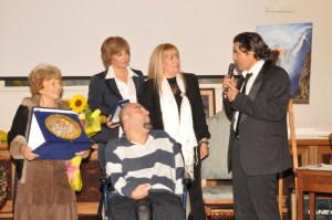 Luigi Centra premiato dalla presidente dell'Associazione Mea Lux Angela Lombardo nel corso di una manifestazione di qualche anno fa.