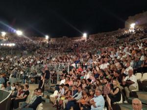 Il pubblico numeroso  assiste alla rappresentazione