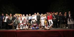 Il cast di  attori, ballerini e musicanti