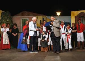 Il Sindaco Nello Lo Turco consegna la targa celebrativa al Maestro Buda