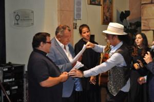 Di Pino consegna gli originali de copione al parroco e al sindaco