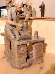 Una delle statuine del presepe di Turi Azzolina formato da personaggi noti di Giardini Naxos. Nella foto la statua del papà, artigiano della ceramica, dello scultore Azzolina.