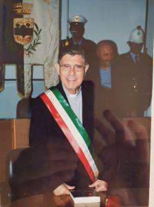 """Padre Cingari indossa la fascia tricolore nel corso della manifestazione a lui dedicata """"Sindaco per un giorno"""""""