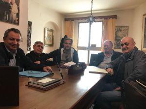 Foto storica del giorno in cui Padre Cingari firma la Convenzione con il Comune per il terreno di Recanati destinato alla Chiesa ecumenica