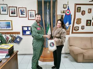 L'avv. Silvana Paratore con il comandante della Base Aerea di Sigonella