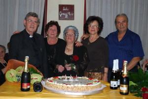 La signora Cozzo con Padre Cingari le figlie ed il genero Talio per i 102 anni
