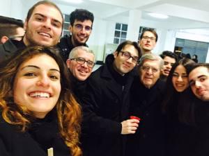 Padre Cingari con un gruppo di giovani
