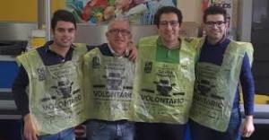 Volontari della Parrocchia San Pancrazio durante una Colletta alimentare