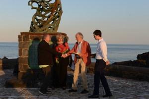 Antonio Veroux e Calogero Leanza consegnano la targa ad Antonio Presti