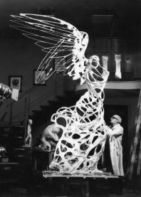 Lo scultore Carmelo Mendola mentre realizza una delle due sculture della Nike (la gemella di trova nella città di Kalkis)