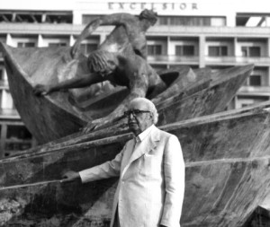 Lo scultore catanese Carmelo Mendola davanti ad una delle sue opere il monumento a Piazza Giovanni Verga a Catania