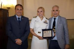 La premiata con il Prof. Ignazio Vecchio  Rappresentante per la società di storia della Medicina per l'istituto Italiano di cultura a Malta