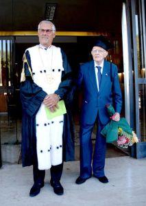 Il nonnino appena laureato con il Rettore