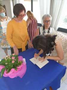 Nadia Terranova scrive una dedica nel suo libro