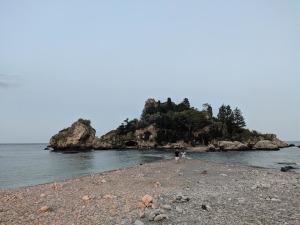 La suggestiva spiaggia dell'Isola Bella