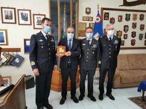 Il Sottosegretario assieme al comandante della Base di Sigonella