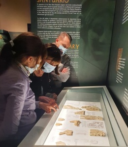 MAFRA, l'archeologa Maria Grazia Vanarìa durante una visita guidata al museo