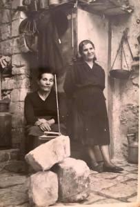 La nonna Giovanna a destra