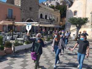 I turisti della nave da crociera accompagnati nel tour taorminese