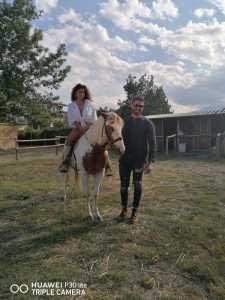 Una delle modelle a cavallo