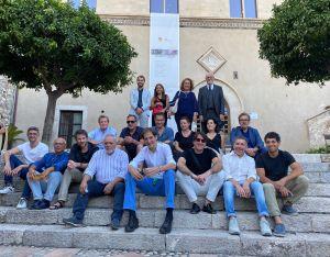 Foto di gruppo con gli artisti, in piedi da dx Bolognari, Tigano, Vanaria e Cavallaro